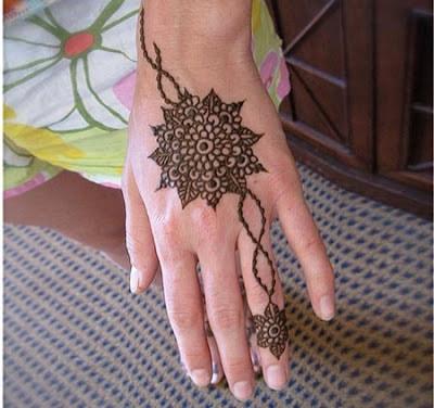 christmas-best-mehndi-designs-on-hands-for-girls-17