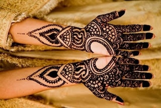 Easy-heart-shaped-mehndi-designs-images-for-hands-12