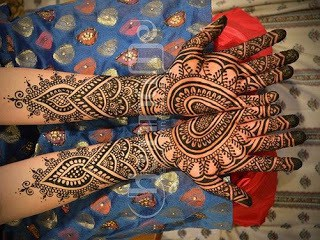 Easy-heart-shaped-mehndi-designs-images-for-hands-3