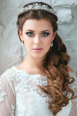 Simple-and-stylish-hairstyles-for-bridesmaids-for-long-hair-4